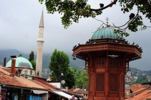 Saraybosna'nın sembolik noktalarından Başçarşı'daki çeşme ve Yeşil Cami.