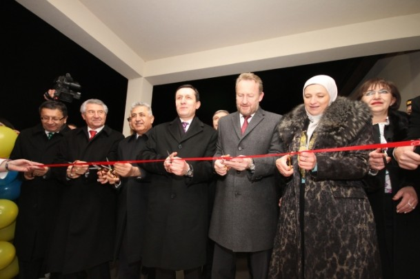 """Başbakan Yardımcısı Emrullah İşler (sol4), Türk İşbirliği ve Koordinasyon Ajansı (TİKA) tarafından Bosna Hersek'in Visoko kenti yakınlarında bulunan Moştre beldesinde 15 bin kişiye hizmet verecek, yaklaşık 650 metrekarelik alana kurulu ve ismi """"TİKA"""" olan sağlık merkezinin açılışını yaptı. Açılışta Bosna Hercek Üçlü Devlet Başkanlığı Konseyi Boşnak Üyesi Bakir İzzetbegoviç (sol5), Visoko Belediye Başkanı Amra Babiç (sağ2), Altındağ Belediye Başkanı Veysel Tiryaki (solda) kurdela kesti. (İsmail DURU - Anadolu Ajansı)"""